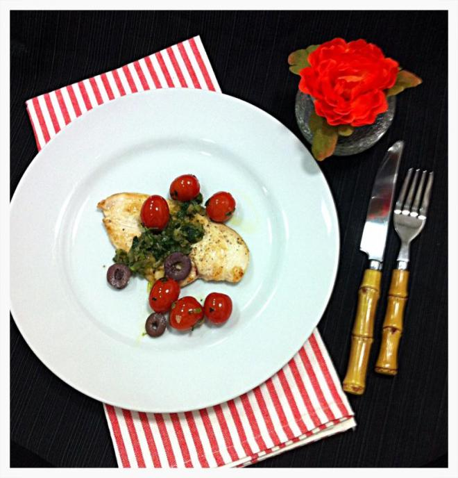 Molho de tomatinhos, ervas e azeitonas pretas sobre filet de frango