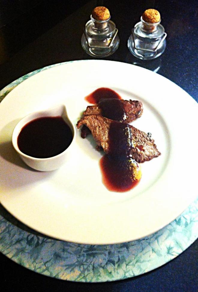 Molho de vinho tinto sobre escalopes de filet
