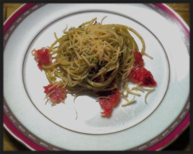Espaguete ao pesto com crocante de presunto cru