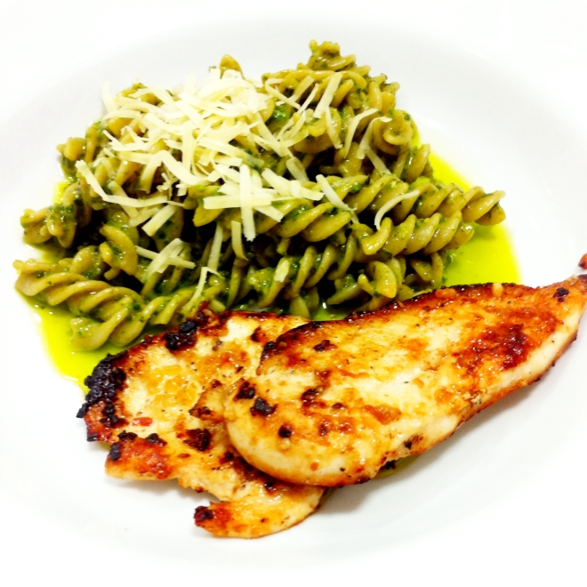 Fuzilli ao pesto com filet de frango