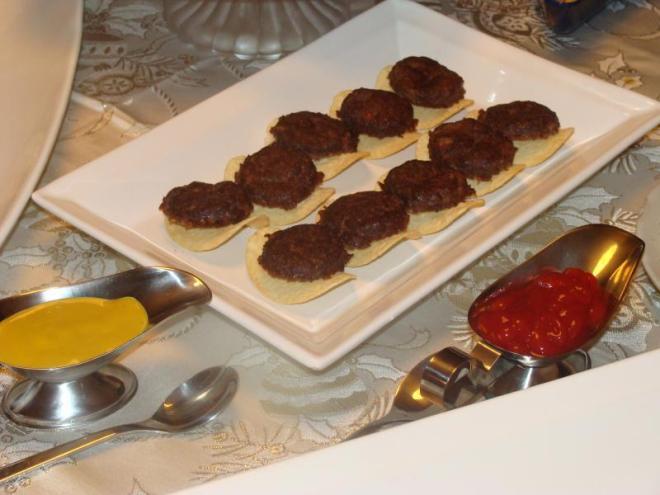 Mini hamburguer sobre batata
