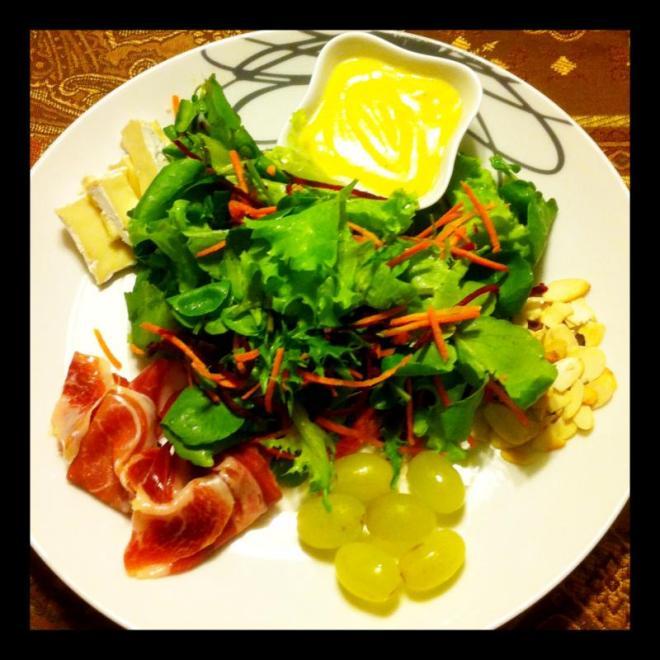 Salada verde com acompanhamentos