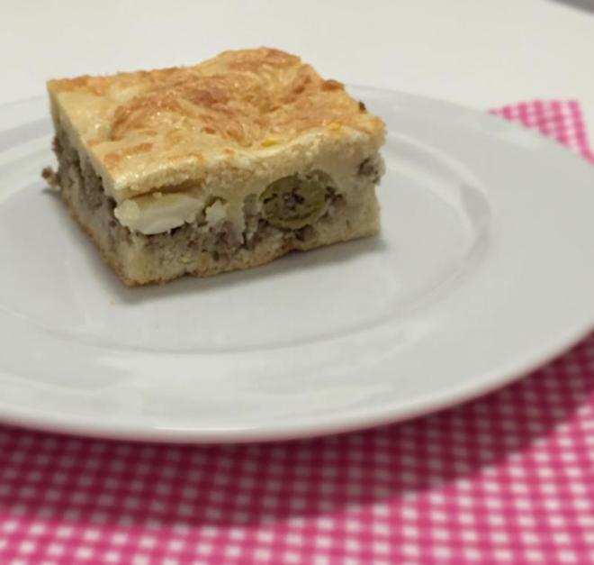 Torta de carne com azeitona e ovo cozido