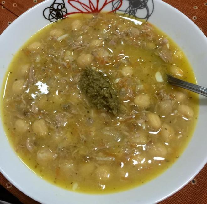 Sopa de grão de bico com atum